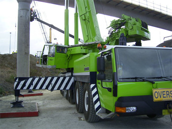Mobile crane with outriggers