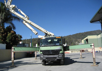 Mobile concrete placement boom with outriggers